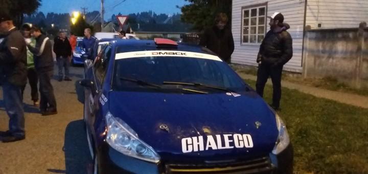 Chaleco Lopez junto a su Renault Clio